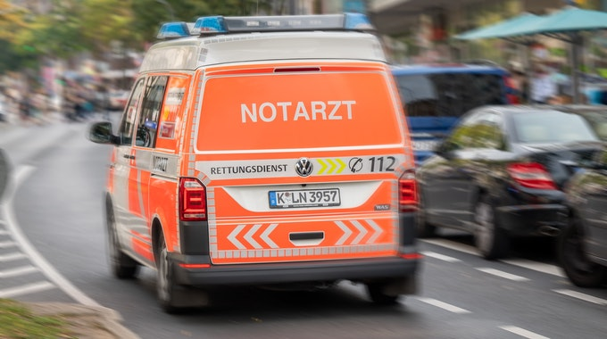 Ein Notarztwagen fährt über die Kalker Hauptstraße.