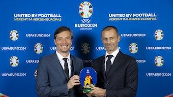 So sieht das Leipziger Logo aus: Uefa-Präsident Ceferin überreicht es Bürgermeister Heiko Rosenthal