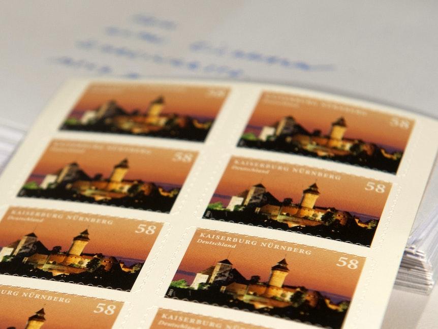 Das Symbolbild zeigt eine Packung Briefmarken.