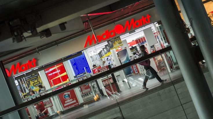 Blick auf den Media Markt im Berliner Hauptbahnhof (Archivbild von 2016): Laut MediaMarktSaturn könne es zu Engpässen bei einigen Produkten rund um die Weihnachtszeit geben. Ein Grund dafür: die weltweite Halbleiterkrise.