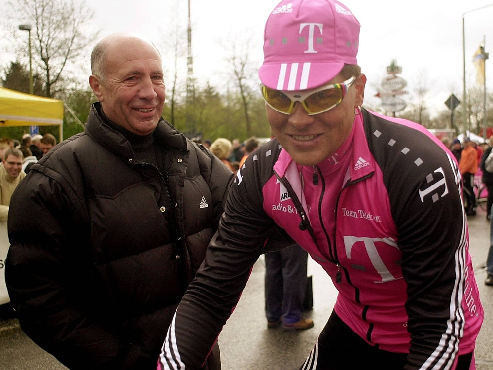 Wolfgang Strohband förderte Jan Ullrich und machte ihn als Manager zum ersten deutschen Sieger der Tour de France. Hier sind die beiden am Rande eines Rennens in Köln zu sehen.