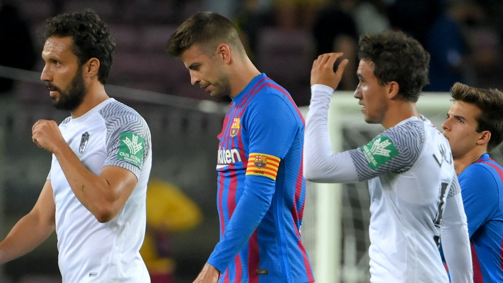 Gerard Piqué verlässt mit gesenktem Kopf den Platz beim FC Barcelona.
