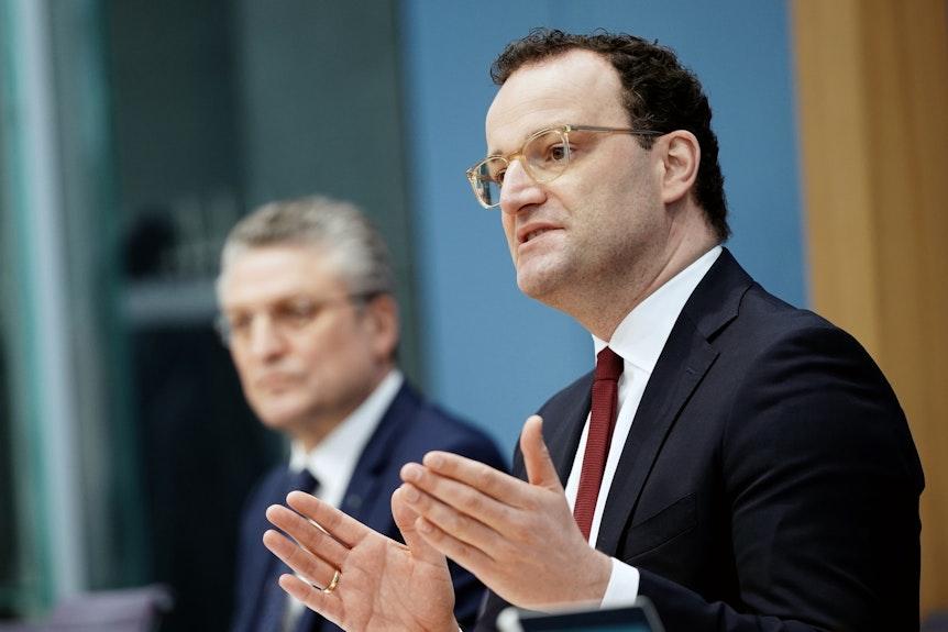 Jens Spahn (r, CDU), der Bundesminister für Gesundheit, und Lothar H. Wieler, der Präsident vom Robert Koch-Institut (RKI) bei einer Pressekonferenz.