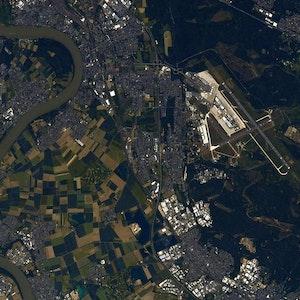 Der Flughafen Köln/Bonn aus dem All.