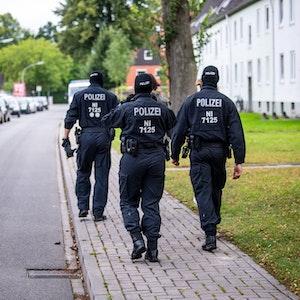 Unser Symbolbild zeigt Einsatzkräfte Ende August in Wilhelmshaven in einem Wohnviertel.