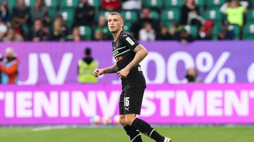 Jordan Beyer von Borussia Mönchengladbach, hier am 2. Oktober 2021, läuft im Duell gegen den VfL Wolfsburg auf dem Platz.
