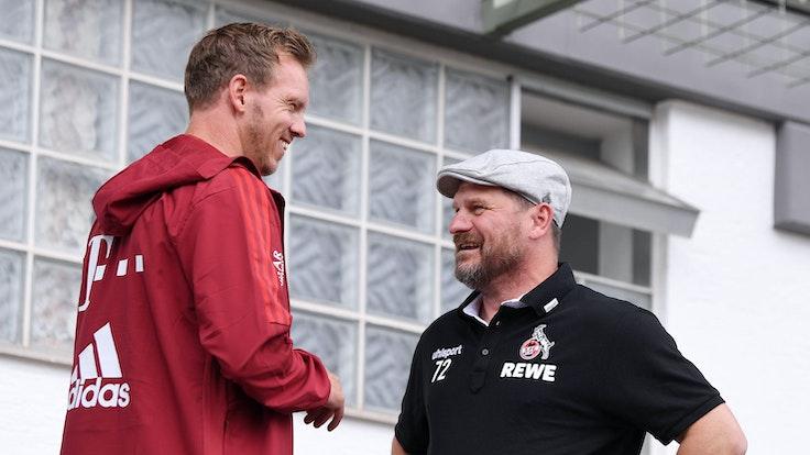 Julian Nagelsmann vom FC Bayern unterhält sich mit Steffen Baumgart vom 1. FC Köln.