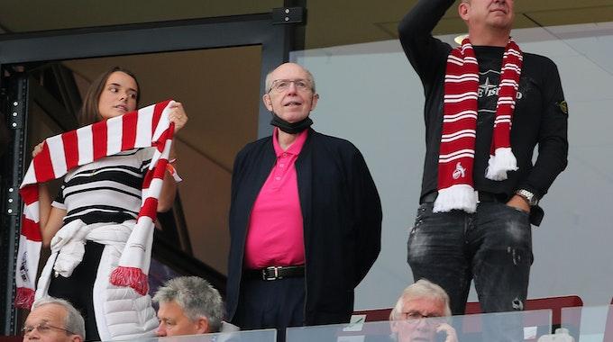Reiner Calmund schaut aus einer Loge des Rhein-Energie-Stadions dem 1. FC Köln zu.