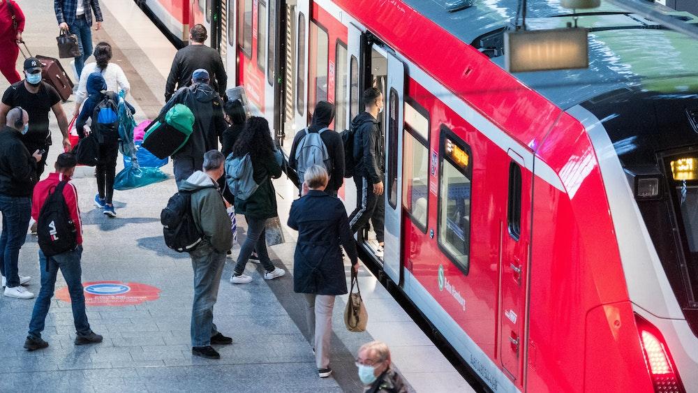 Reisende steigen im Hauptbahnhof in Hamburg in eine S-Bahn ein. Zugreisende müssen sich auch im Regionalverkehr auf höhere Fahrpreise einstellen.