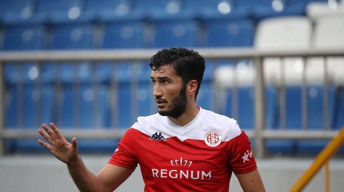 Nuri Sahin gestikuliert in Richtung seiner Antalyaspor-Mitspieler während des 2:2-Unentschieden gegen Kasimpasa