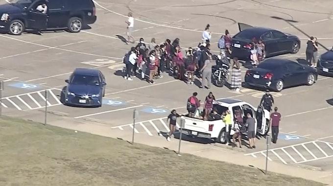 Schüler stehen vor der Timberview High School. Ein Schütze hat an einer Schule in Arlington im US-Bundesstaat Texas das Feuer eröffnet und Menschen verletzt.