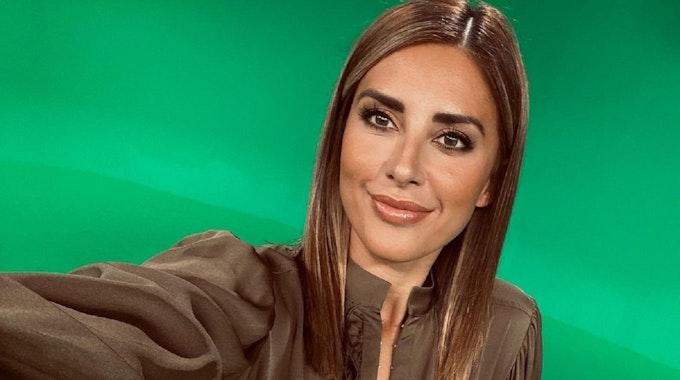 TV-Moderatorin Jana Azizi posiert für ein Selfie