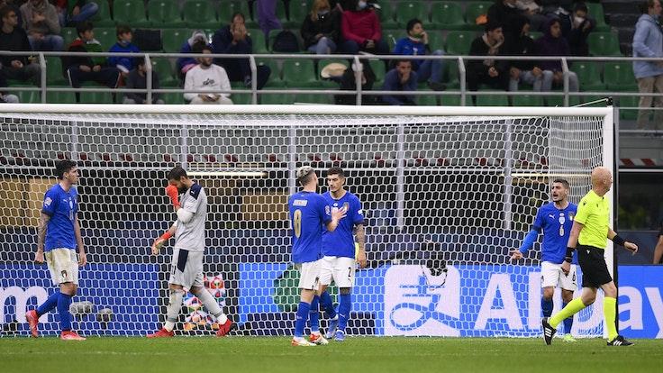 Molti giocatori della nazionale italiana sono stanchi e arrabbiati nella partita contro la Spagna.