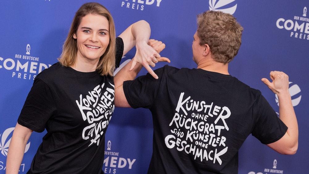 Hazel Brugger und ihr Mann Thomas Spitzer bei der Verleihung des Comedypreises. Mit ihrer T-Shirt-Aktion sorgten sie für Aufsehen. Ein klares Statement gegen sexuelle Gewalt.