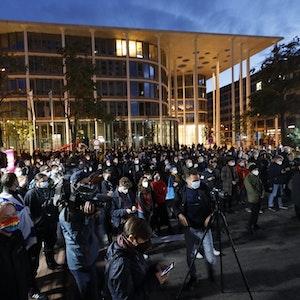 """Nach Antisemitismus-Vorwürfen haben sich am Dienstagabend (5. Oktober) Hunderte Menschen vor dem """"Westin Hotel"""" in Leipzig versammelt, um Solidarität mit dem Musiker Gil Ofarim und Jüdinnen und Juden in Deutschland zu zeigen. Sie tragen Banner, tragen Masken, filmen."""