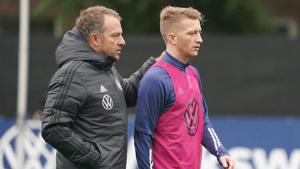 Bundestrainer Hansi Flick spricht mit Dortmunds Marco Reus.