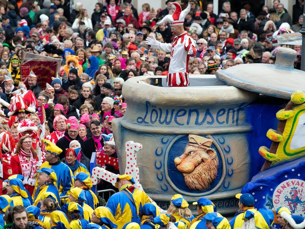 Die Düsseldorfer Karnevalsfigur Hoppeditz spricht vor dem Rathaus.