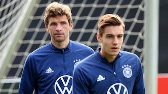 Gladbach-Profi Florian Neuhaus (r.) im Training der deutschen Fußball-Nationalmannschaft am 6. Oktober 2021 in Hamburg. Links im Bild ist Bayern-München-Star Thomas Müller zu sehen. Beide blicken auf den Trainingsplatz.