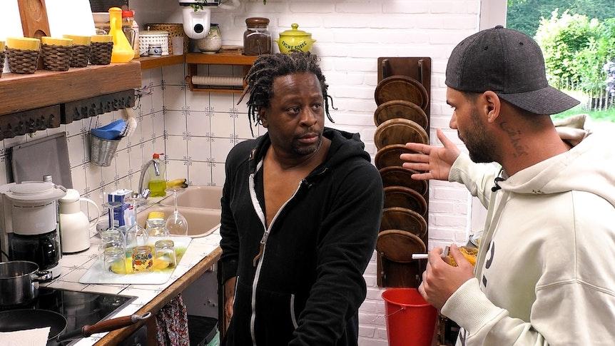 Das Sommerhaus der Stars - Kampf der Promipaare, Mola Adebisi (l.) und Mike Cees reden in der Küche. Foto: RTL