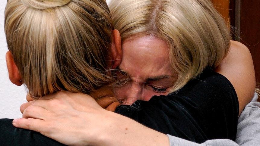 Pure Verzweiflung: Michelle sucht Trost bei Maritta. Beide umarmen sich.