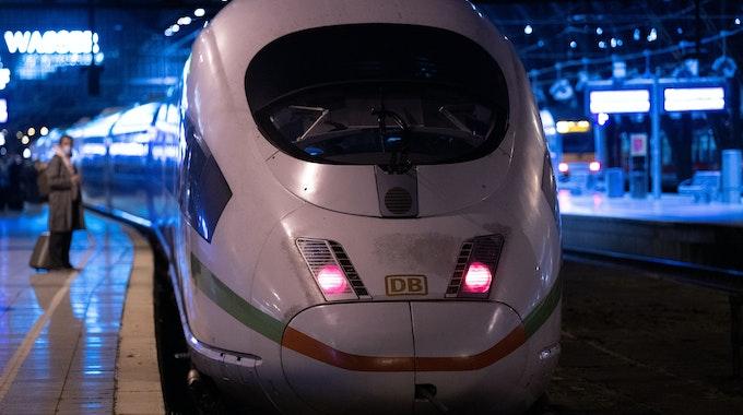 Ein ICE steht in Köln im Hauptbahnhof.
