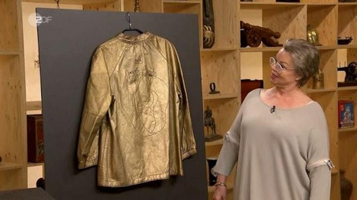"""Monika Vonknechten präsentiert ihre signierte Jacke bei """"Bares für Rares""""."""
