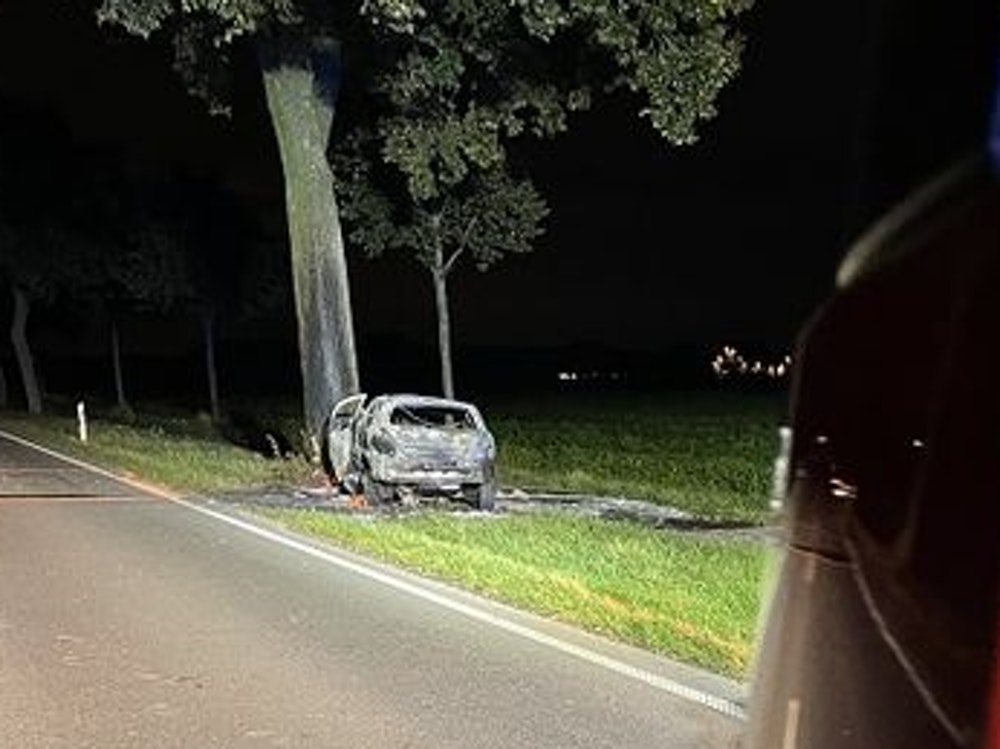 Ein Fahrer prallte mit seinem Opel Astra am 30. September 2021 gegen einen Baum in Kerken und verstarb.