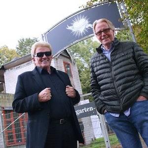 Heino und Dieter Bergmann stehen vor dem abgebrannten Vereinsheim von Schwarz-Weiss Oberbilk.