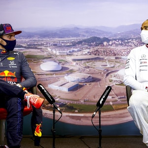 Max Verstappen (l.) von Red Bull Racing und Lewis Hamilton von Mercedes, sitzen nebeneinander auf der Pressekonferenz nach dem Großen Preis von Russland