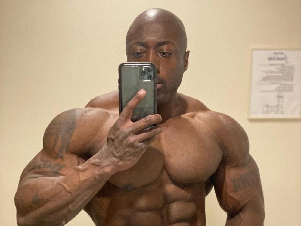 Profi-Bodybuilder George Peterson posiert für ein Selfie