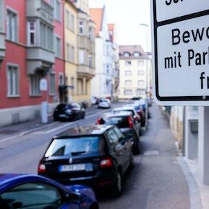 """Ein Schild mit der Aufschrift """"Bewohner mit Parkausweis frei"""" kennzeichnet eine Zone mit Anwohnerparkberechtigungen in der Innenstadt Freiburgs."""