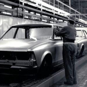 Ein Mitarbeiter am Band bei Ford.