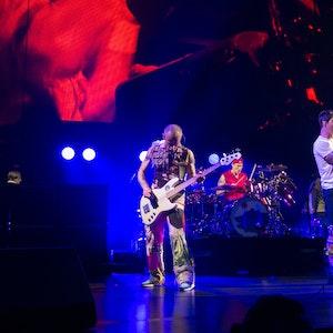 Die Musiker Flea, Chad Smith und Anthony Kiedis stehen auf der Bühne