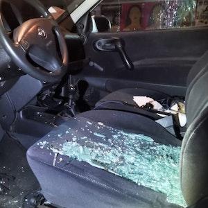 Scherben der Windschutzscheibe liegen auf dem Fahrersitz.