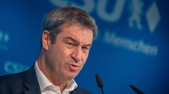 Markus Söder bei einer Pressekonferenz in München vor einer blauen CSU-Leinwand.