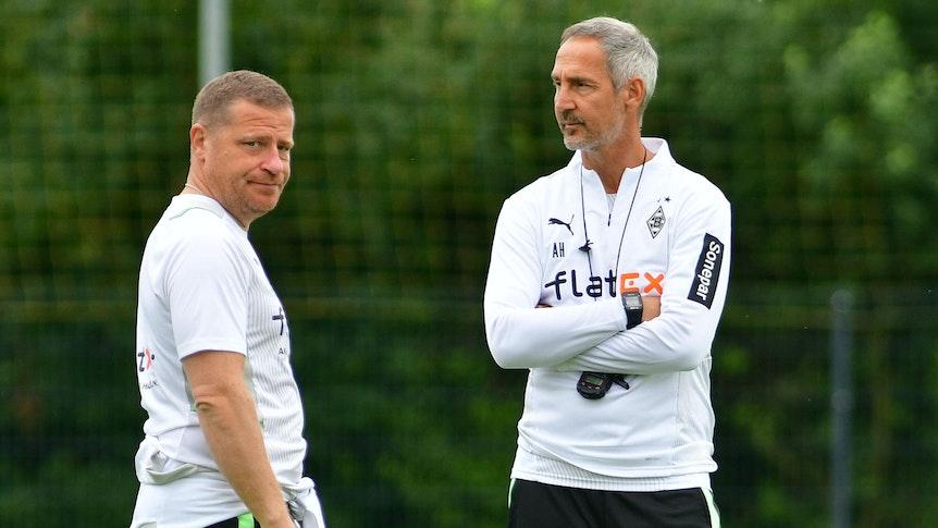 Gladbach-Manager Max Eberl (l.) und Cheftrainer Adi Hütter (r.) auf dem Trainingsplatz in Harsewinkel am 21. Juli 2021. Beide unterhalten sich.