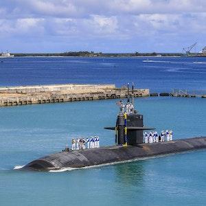 Auf diesem von der US-Marine zur Verfügung gestellten Foto kehrt das schnelle Angriffs-U-Boot USS Oklahoma City (SSN 723) der Los-Angeles-Klasse zum US-Marinestützpunkt in Guam am 19. August 2021 zurück.