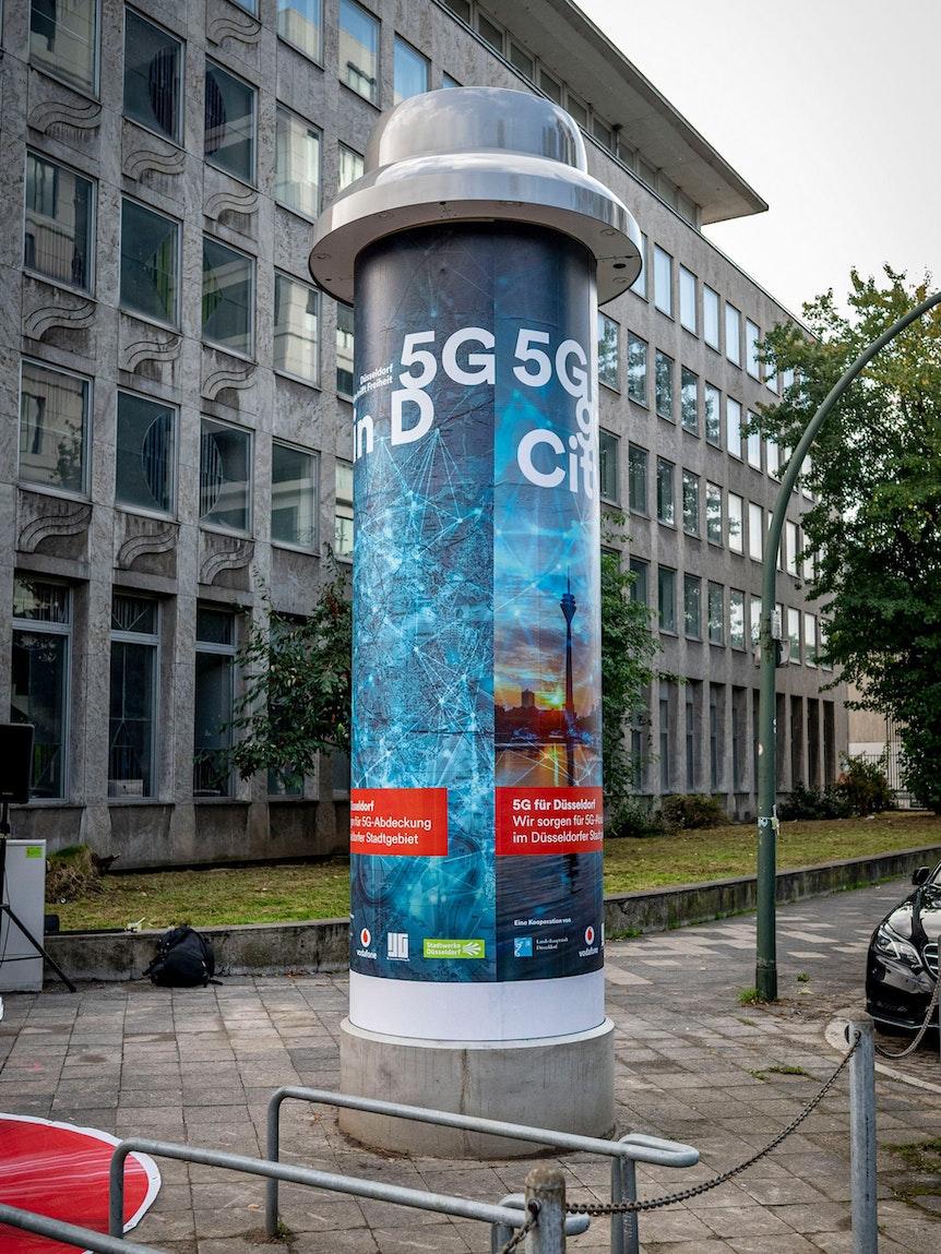 Eine Litfaßsäule mit 5-G-Werbung.