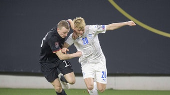 Lukas Klostermann (l.) geht gegen Islands Albert Gudmundsson rustikal zur Sache.