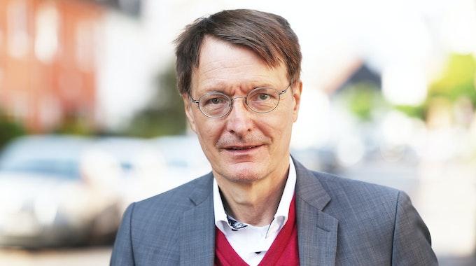 Karl Lauterbach, Gesundheitsexperte der SPD und Direktkandidat für Wahlkreis Köln IV, steht im Stadtteil Delbrück auf der Straße.