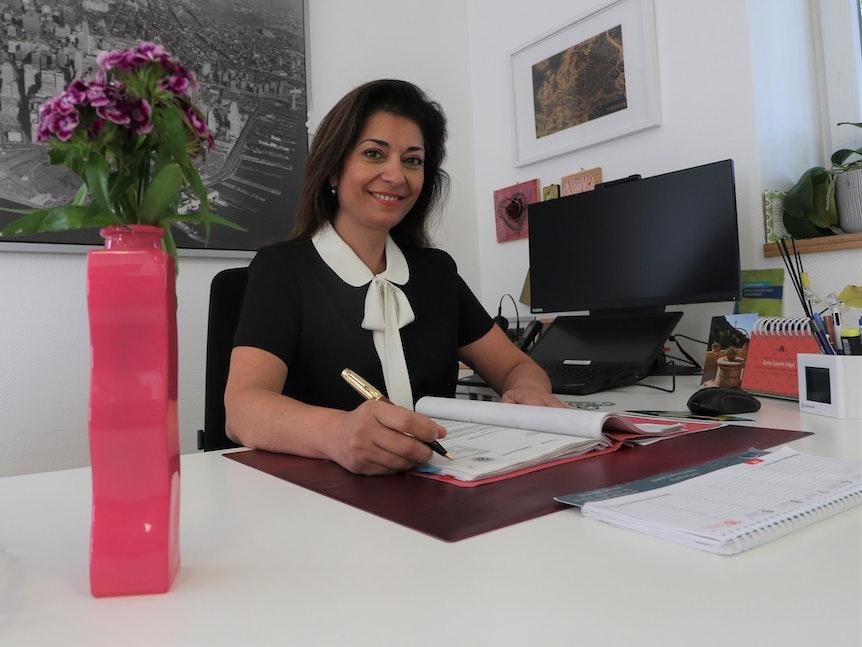 Dr. Pantea Pape sitzt an ihrem Schreibtisch.