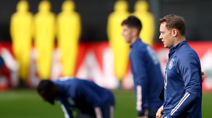 Manuel Neuer macht sich vor dem Training der deutschen Nationalmannschaft bereit.