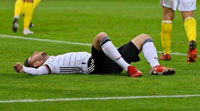 Deutschlands Timo Werner liegt auf dem Rasen.