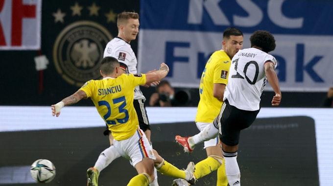 Serge Gnabry zieht ab und trifft zum 1:1 für Deutschland.