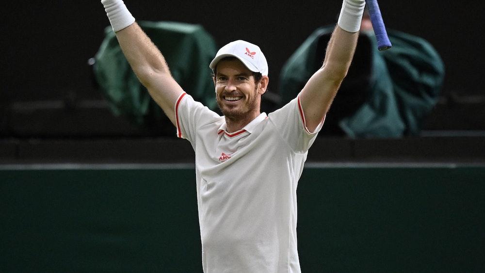 Andy Murray reißt beim Jubel die Arme in die Höhe.