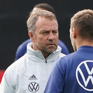 Bundestrainer Hansi Flick spricht mit Joshua Kimmich.