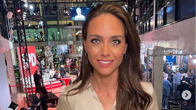 RTL-Moderatorin Franca Lehfeldt ist am 27. September kurz nach der Bundestagswahl im Willy-Brandt-Haus zu sehen, sie hat ein Mikro in der Hand und lächelt in die Kamera.