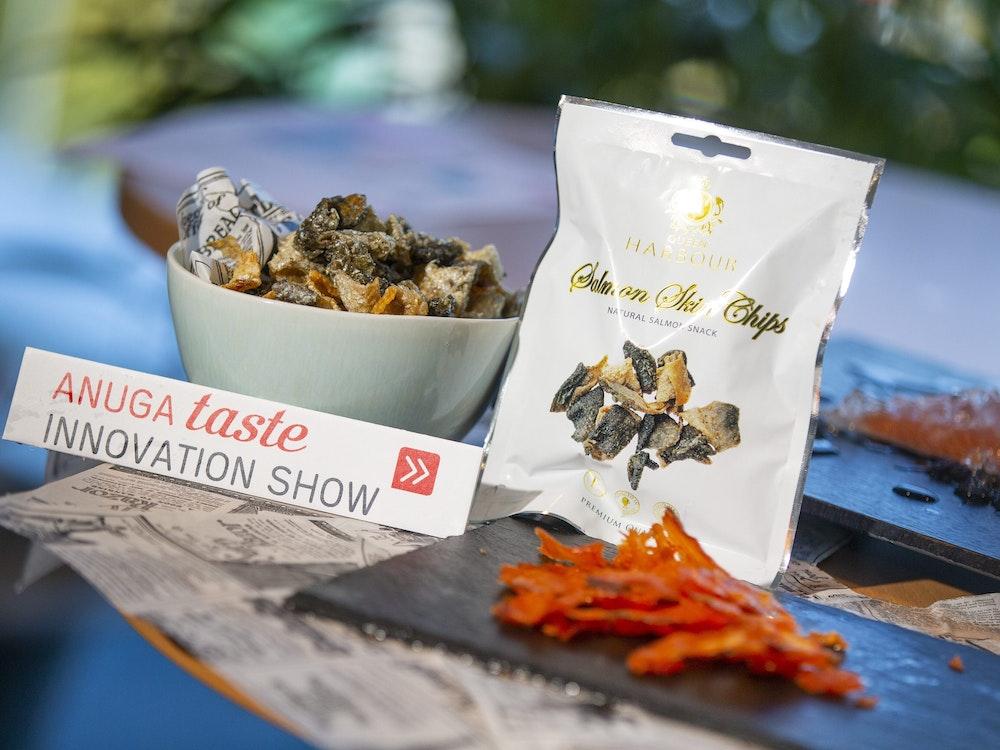 Auf der Anuga-Messe werden Lachs-Chips ausgestellt.