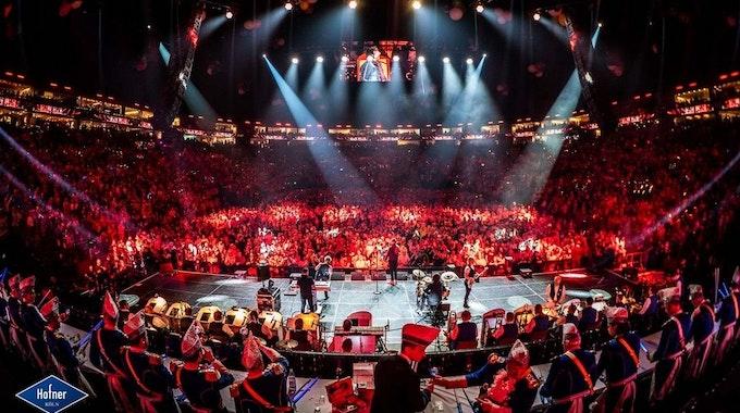 Orchester vor einer Kulisse in der Lanxess-Arena