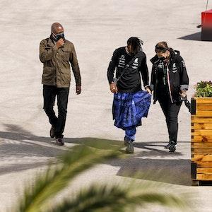 Lewis Hamilton spaziert im Schottenrock durch das Fahrerlager der Formel 1.